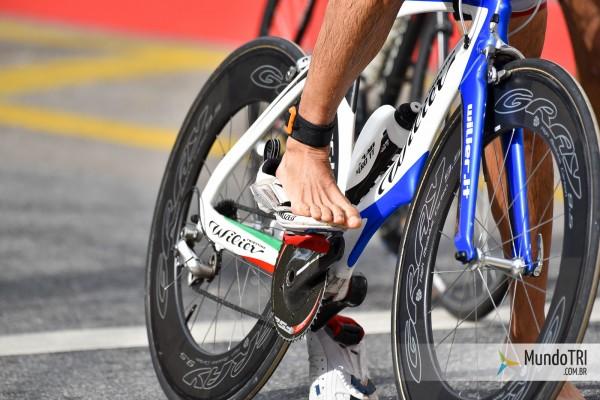 Atleta que ainda não consegue pular na bike, mas sai corretamente, pedalando com os pés por cima das sapatilhas.